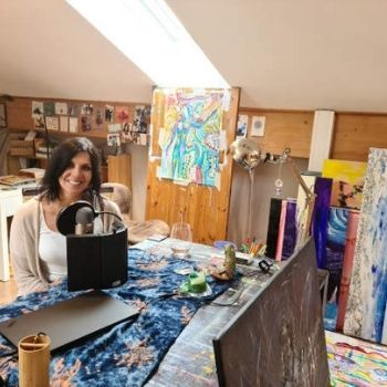 Bettina Eicher am Atelier Tisch
