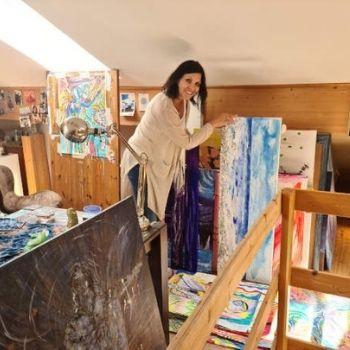 Bettina Eicher mit Bild im Atelier
